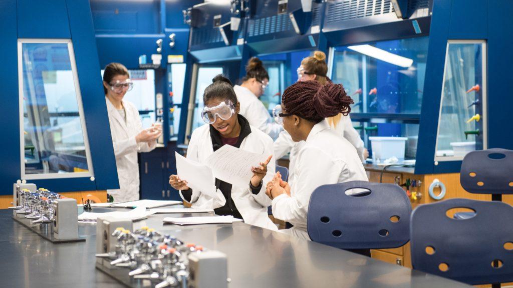 University of Michigan-Flint students in new chemistry lab